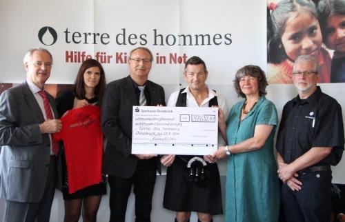 Dr. Krüger (VW) mit Danuta Sacher (tdt), John McGurk und Vertretern des VW-Betiebsrats