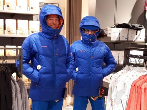 Anprobe von blauen Arctic-Winterjacken für den Arctic Trek 2020