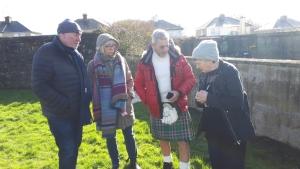 IMG-20200918-WA0016     Die Historikerin Catherine Corless berichtet Gertrud, Detlef und John von den Geschehnissen in Tuam